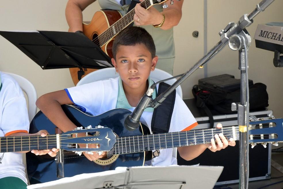Com apenas 12 anos, Lucas Nogueira faz parte de uma orquestra de violôes (Foto: Divulgação)