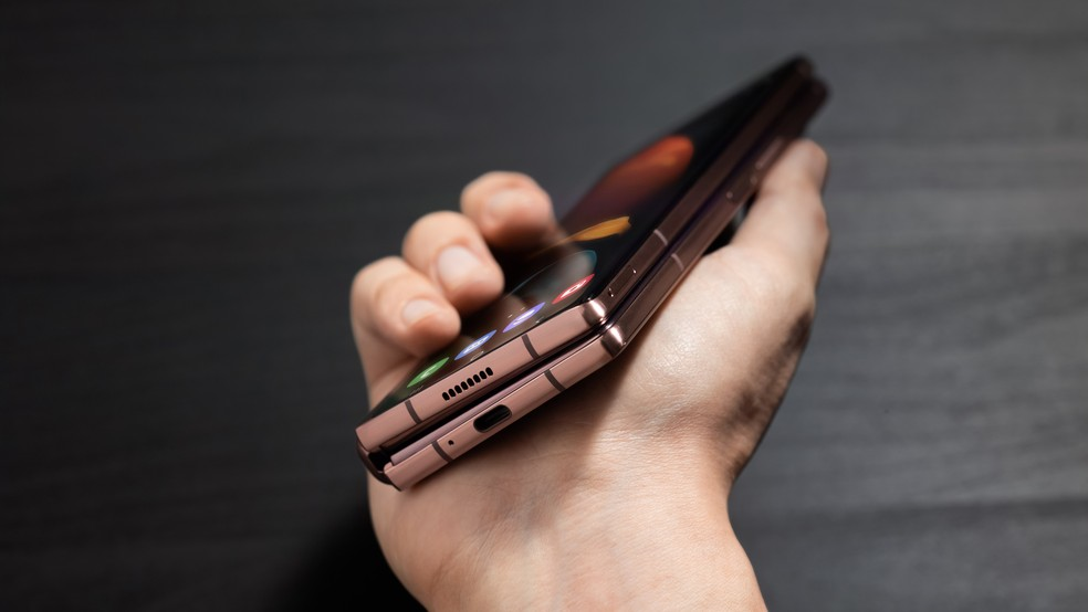 Galaxy Z Fold 2 tem tela externa de 6,2 polegadas — Foto: Divulgação/Samsung