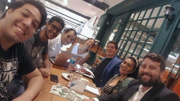 BBC: Liza Simões (de branco, no meio), do Investe Favela, em encontro com os fundadores da Cptech (à esquerda) e da Silicon Pay (à direita) (Foto: ARQUIVO PESSOAL/BBC)