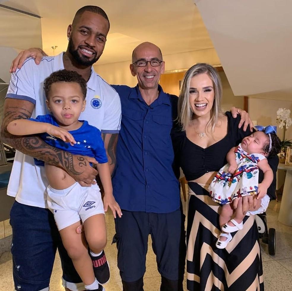 Família do zagueiro do Cruzeiro é a força para superar lesões — Foto: Reprodução/Tv Globo
