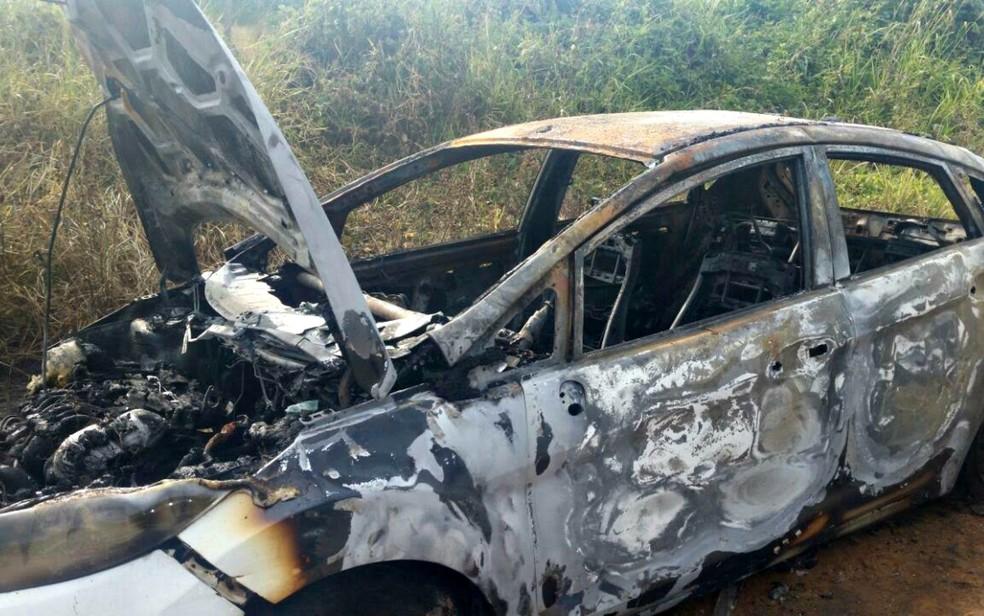 Carro em que estavam foi encontrado após ser incendiado em um ramal de Rio Branco (Foto: Arquivo Pessoal)