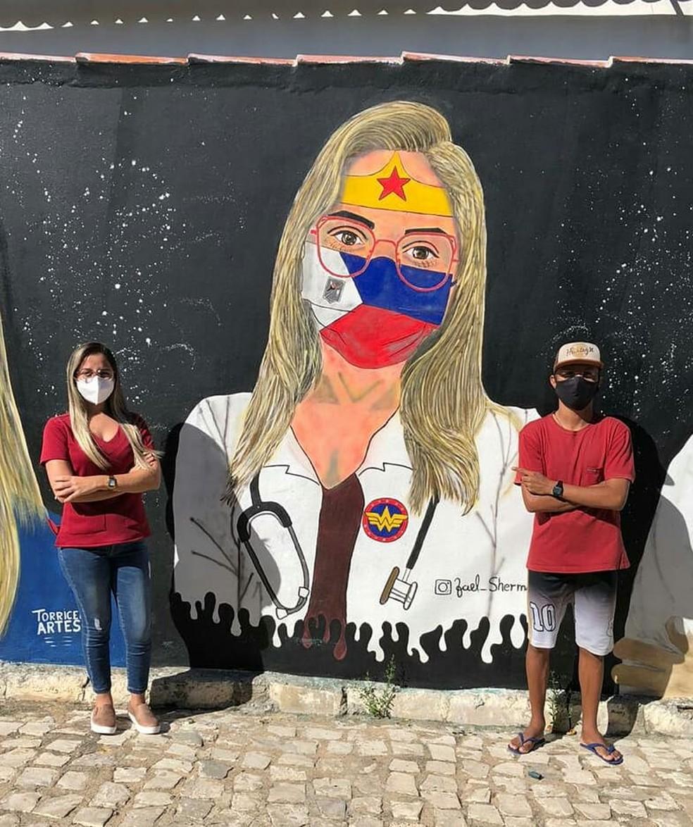 A enfermeira Jaedyna Mari foi uma das homenageadas pelos artistas em Rodolfo Fernandes — Foto: Cedida