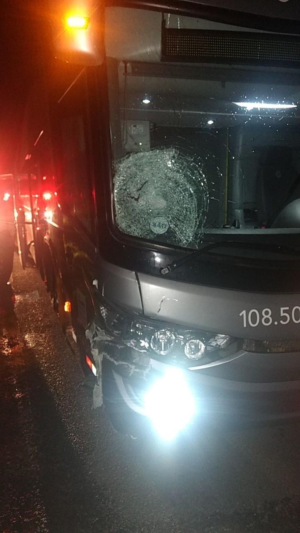 Casal fica ferido após colisão entre ônibus e moto na Via Dutra em Itatiaia — Foto: Divulgação/Polícia Rodoviária Federal