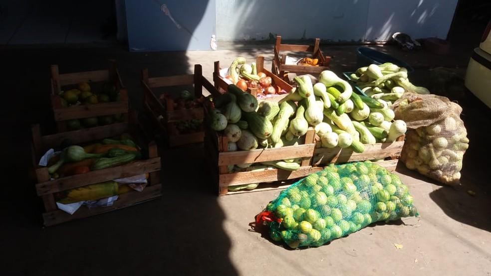 Alimentos arrecadados são doados às famílias — Foto: Cufa-MT