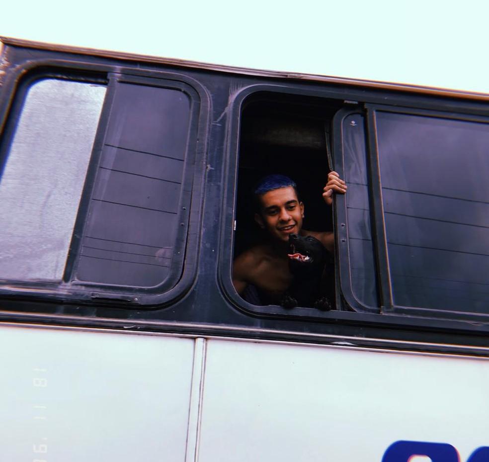 A vontade de Marc era levar Zezinho no ônibus, mas como não era possível, fez uma postagem nas redes sociais em busca do cão — Foto: Arquivo Pessoal