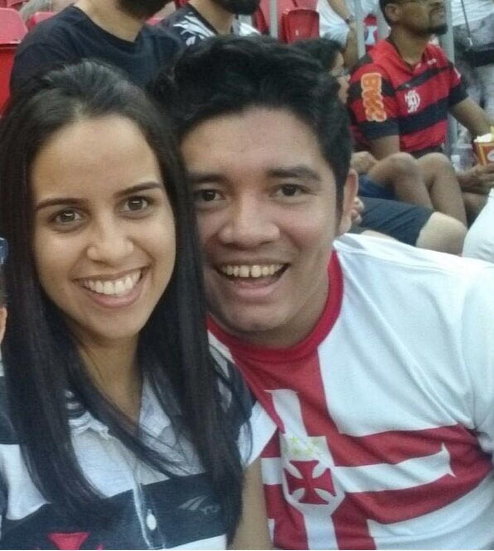 -  Roni Aires e Amanda Fernandes em jogo do Vasco da Gama no estádio Mané Garrincha, em Brasília  Foto: Roni Aires/Arquivo pessoal