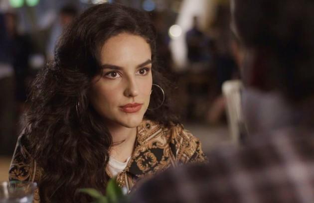 Com o sumiço de Cris (Vitória Strada), Mariane (Kéfera Buchmann) assumirá o posto de protagonista do filme de Alain (João Vicente de Castro) (Foto: TV Globo)