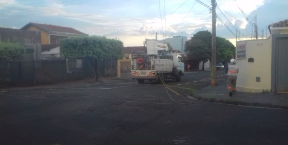 Caminhão da CPFL esteve no bairro e restabeleceu o serviço  (Foto: Arquivo Pessoal )