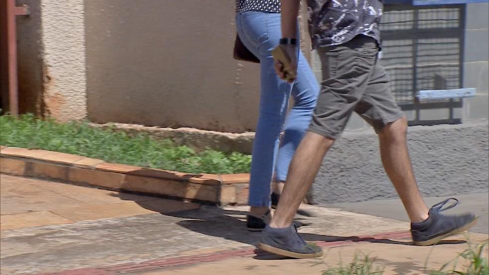 Adolescente de [calça azul] vítima de rapto em Campo Grande (MS) prestou depoimento e reconheceu suspeito (Foto: Francisco Gomes/TV Morena)