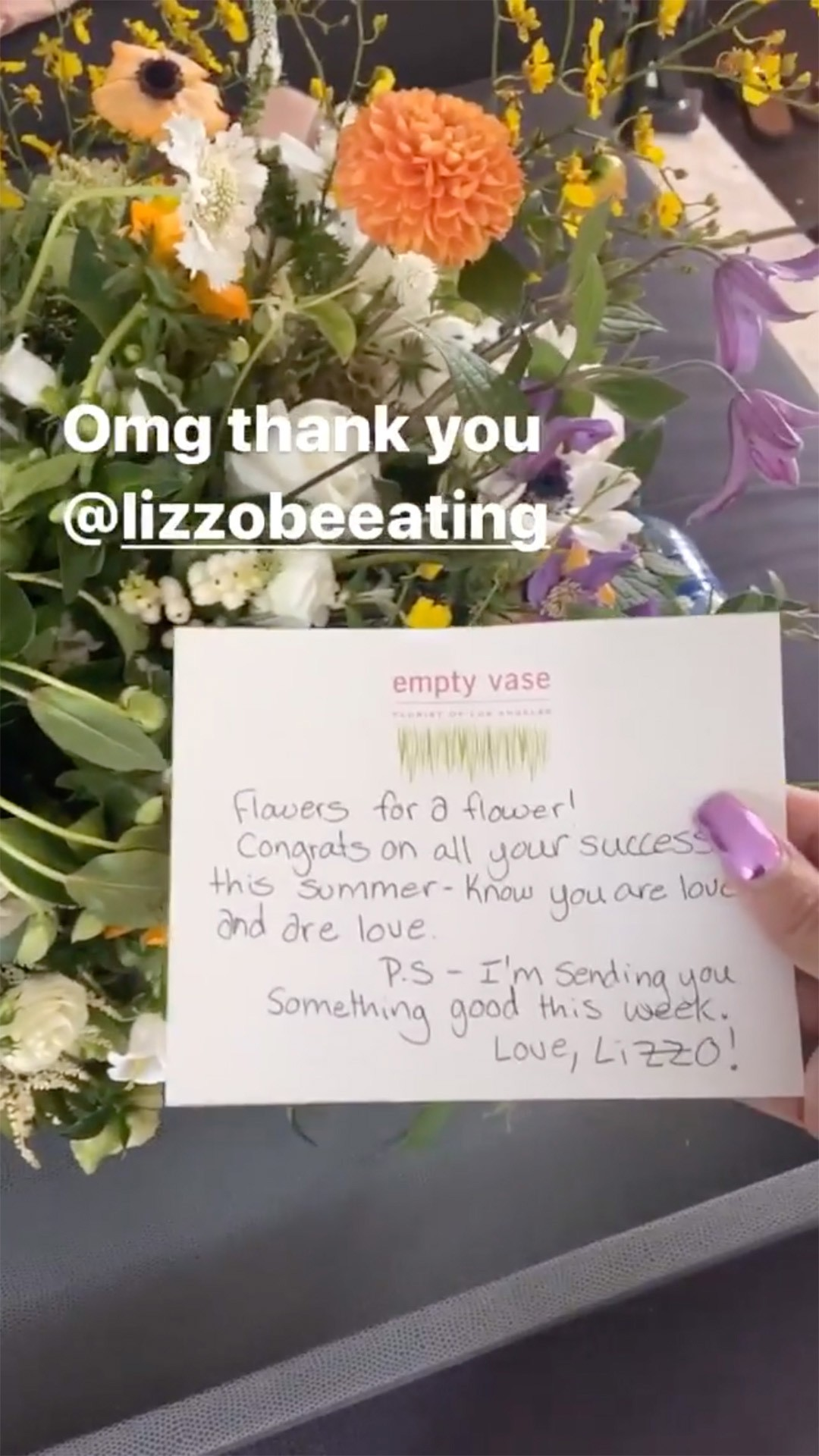 Lizzo enviou um buquê de flores e um cartão a Cardi B (Foto: Reprodução / Instagram)