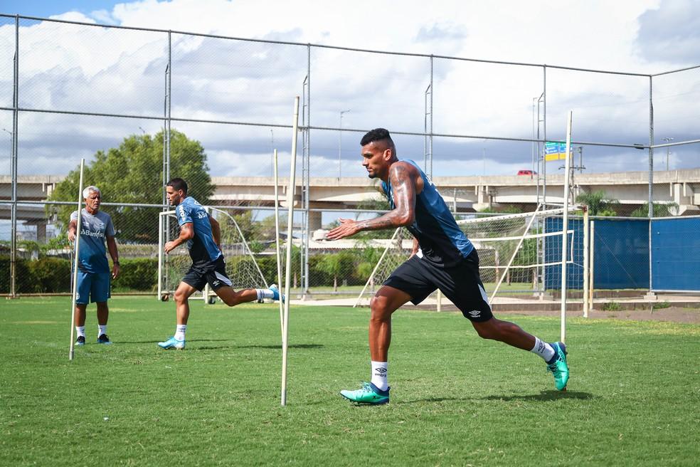 Jogadores deverão cumprir certa distância dos companheiros nos treinos — Foto: Lucas Uebel/Grêmio