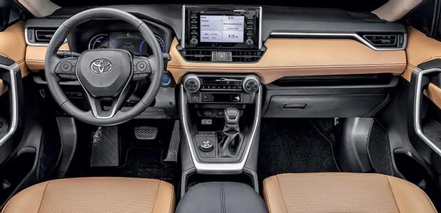 Toyota RAV4 SX hybrid - O interior mistura partes plásticas e emborrachadas e também couro (Foto: Leo Sposito)