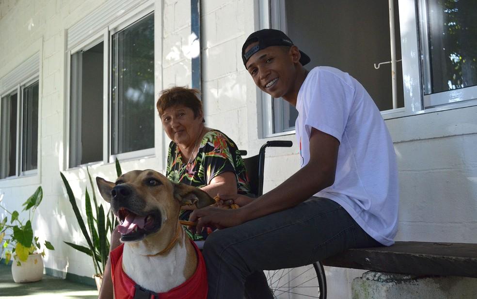 Terapeuta de quatro patas alegra o dia no lar Ombro Amigo, em Ribeirão Preto, SP — Foto: Werlon Cesar/G1