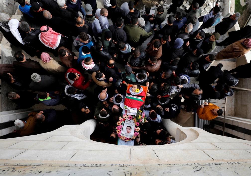 4 de janeiro - Pessoas carregam o corpo do palestino Mosab al-Tamimi, 17, que foi morto durante um confronto entre tropas israelenses e manifestantes palestinos, perto da cidade de Ramallah, na Cisjordânia (Foto: Mohamad Torokman/Reuters)