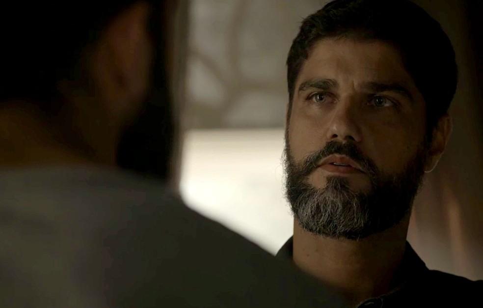 Em 'Órfãos da Terra', Hussein (Bruno Cabrerizo) corre perigo de vida depois de apanhar dos capangas de Aziz — Foto: Reprodução/TV Globo
