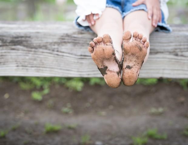 Crianças que costumam andar descalças tem um melhor equilíbrio, revela estudo (Foto: Thinkstock)