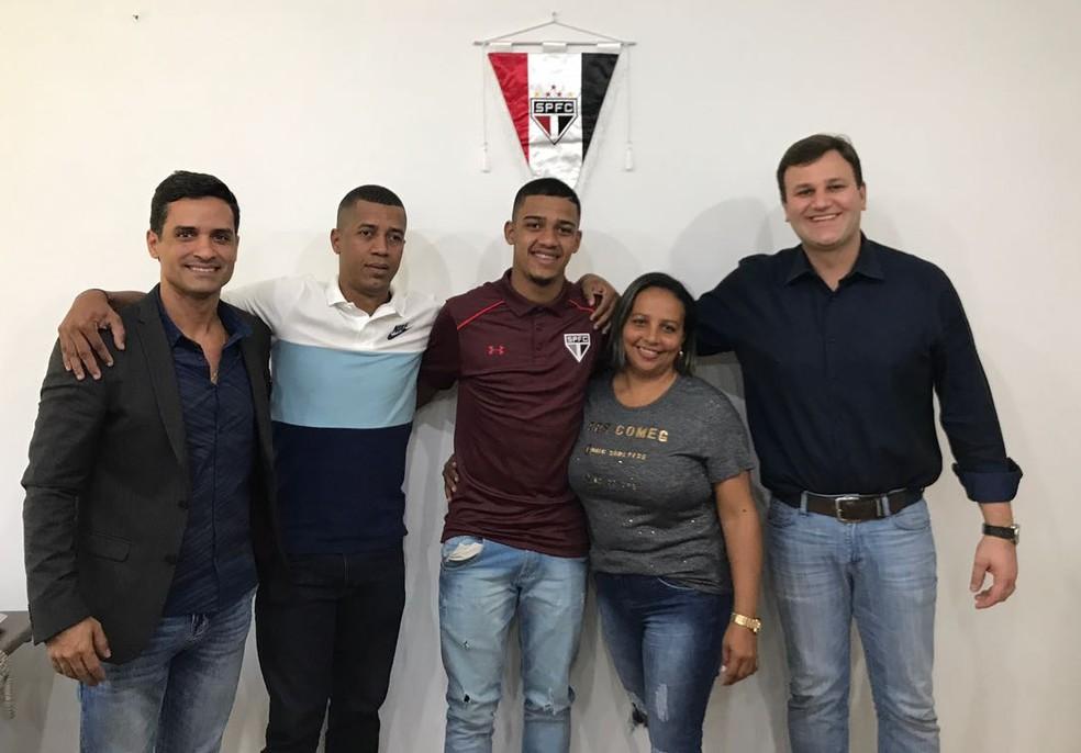 Brenner (no centro) com os pais, o empresário (à esq.) e o diretor do clube (à dir.) (Foto: Arquivo pessoal)