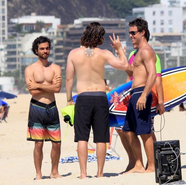 Atores gravam Verçao 90 em praia do Rio (Foto: JC Pereira/AgNews)
