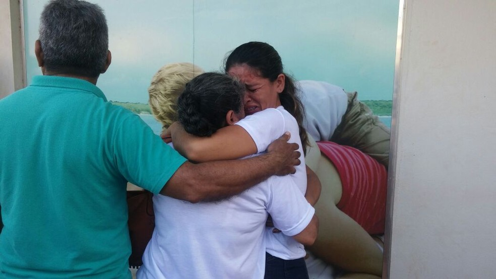 Familiares se emocionaram na saída do cortejo (Foto: Débora Rodrigues/TV Tapajós)