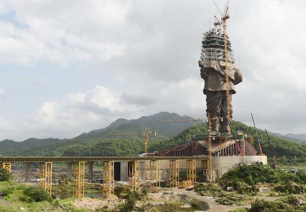 A estátua em bronze equivale a duas vezes a Estátua da Liberdade em Nova York (EUA) e é um tributo ao líder indiano Sardar Patel (Foto: AFP via BBC)