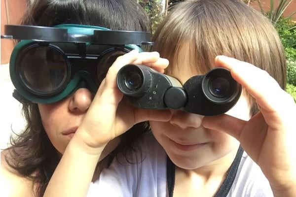 Heloisa e Tomé brincam com óculos e binóculos (Foto: Acervo pessoal)
