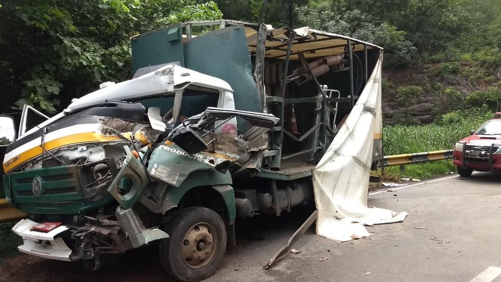 Caminhão colidiu com bitrem na BR-364 — Foto: PRF/Assessoria