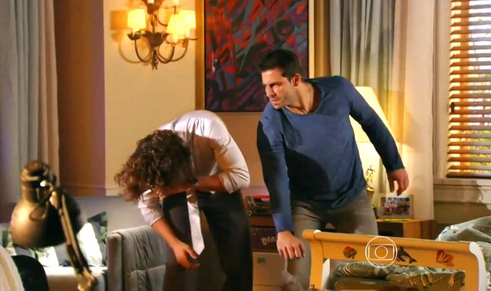 Cassiano (Henri Castelli) bate em Alberto (Igor Rickli) para defender Ester (Grazi Massafera) - 'Flor do Caribe'  — Foto: Globo
