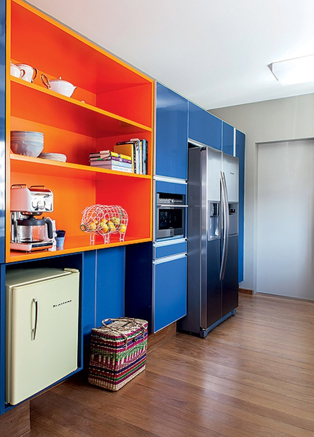 Cozinha com marcenaria colorida (Foto: Victor Affaro/Casa e Jardim)