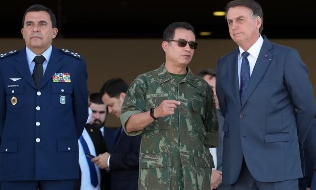 Jair Bolsonaro com os comandantes da Aeronáutica, Baptista Junior, e da Marinha, Almir Garnier