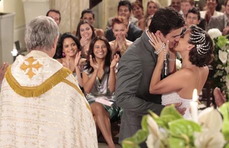 No último capítulo de 'Fina estampa', finalmente casados, Letícia (Tania Khalill) e Juan Guilherme (Carlos Casagrande) irão curtir sua lua de mel e terão um final feliz Reprodução