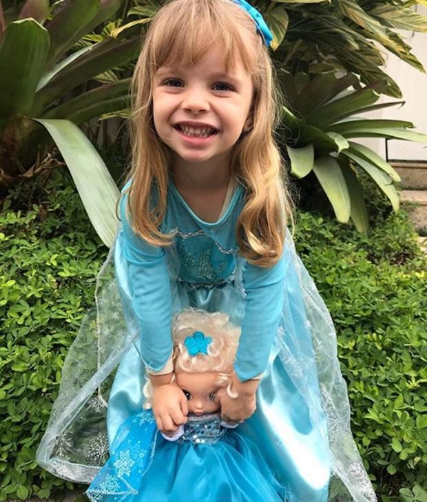 Aurora, filha de Mariana Bridi e Rafael Cardoso, fantasiada como princesa de Frozen (Foto: Reprodução/Instagram)