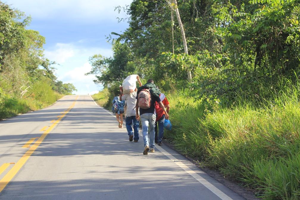 Na BR-174, imigrantes enfrentam 218 km a pé e de carona para fugir principalmente da escassez de comida e remédios na Venezuela (Foto: Emily Costa/G1 RR/Arquivo)