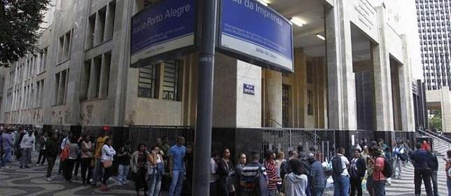 Mal o dia amanhece, centenas de desempregados já esperam na porta do Ministério do Trabalho, no Centro do Rio, para requerer do benefício do seguro desemprego