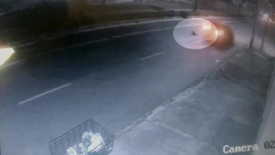 Motorista atropela mãe com criança no colo e foge em Fortaleza