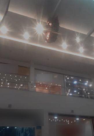 Fogo atinge decoração de Natal  dentro de shopping em Manaus