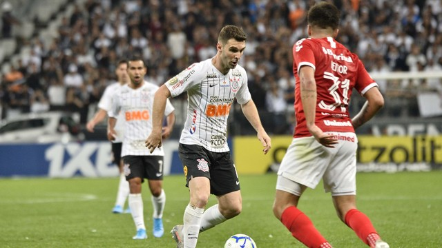 Mauro Boselli em lance contra o Inter