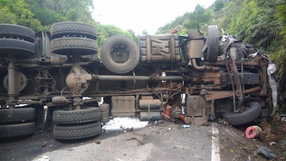 Caminhão tombou na BR-282 em Rancho Queimado após bater em carro e outro caminhão (Foto: PRF/Divulgação)