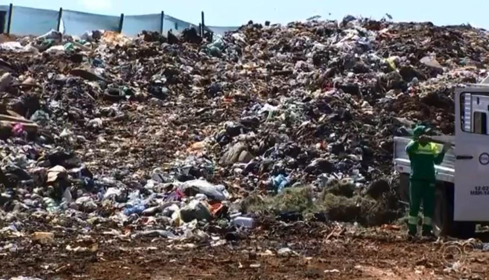 Mais de 50 toneladas de lixo são retiradas do rio Tietê em Salto — Foto: Reprodução/TV TEM