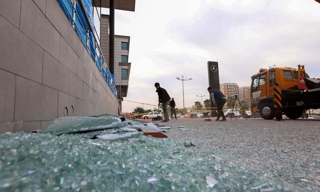Estilhaços no chão após ataque em Irbil, na Síria, em uma base usada pelos EUA e seus aliados