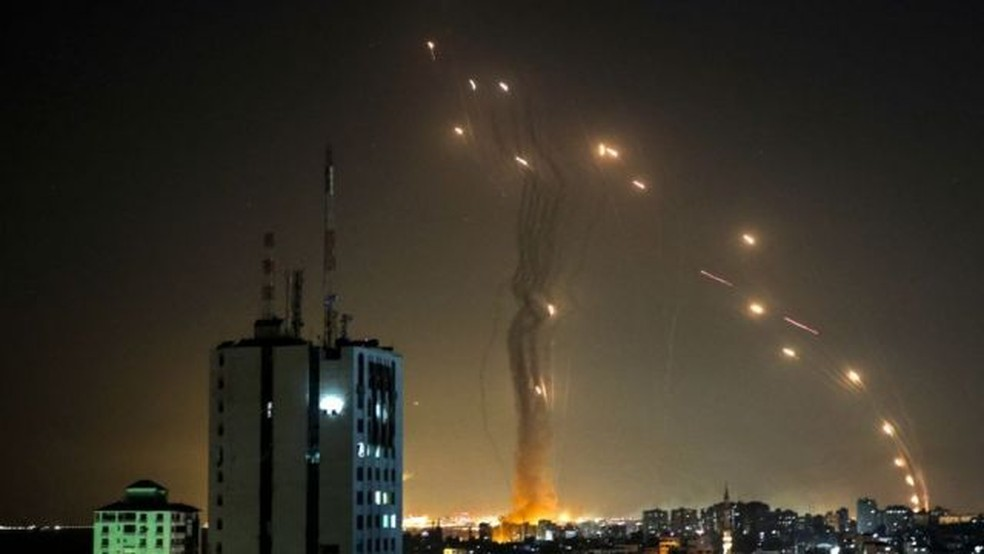Na terça à noite, os mísseis interceptados pela Cúpula de Ferro puderam ser vistos no céu israelense — Foto: Getty Images/BBC