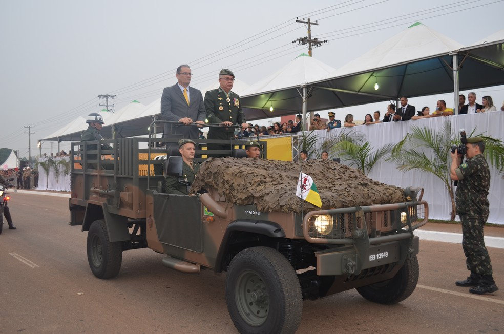 Vice-Governador, Daniel Pereira, fez a vistoria das tropas em representação ao governador Confúcio Moura (Foto: Toni Francis/G1)