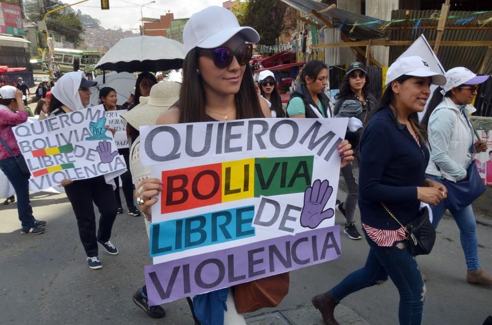 'Quero minha Bolívia livre de violência', diz cartaz de manifestante em La Paz nesta sexta-feira (8) — Foto: Aizar Raldes/AFP