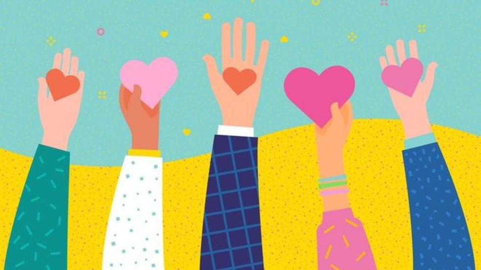 A gentileza beneficia 'o sistema imunológico e a pressão sanguínea e ajuda as pessoas a viver mais e melhor', diz a médica Kelli Harding — Foto: BBC/Getty Images
