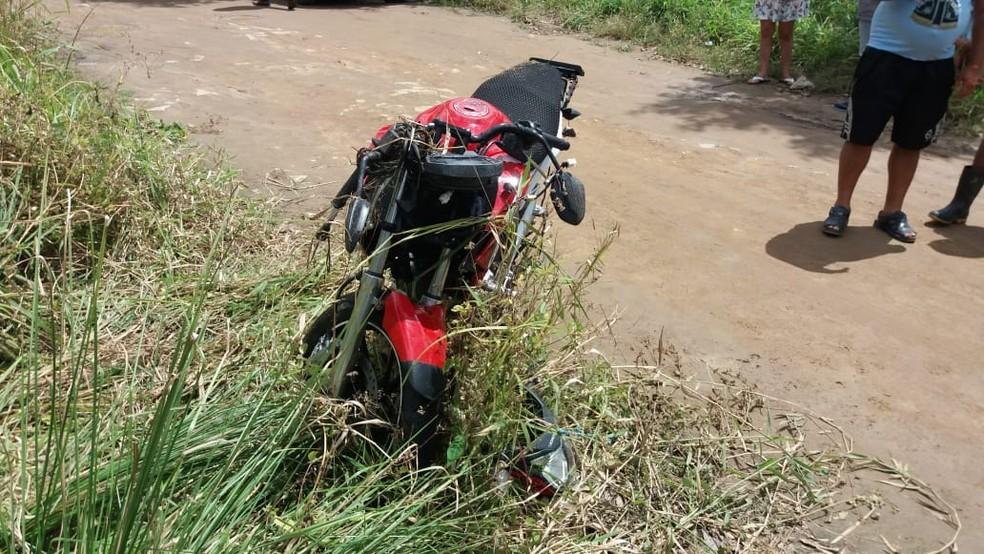 Motocicleta após acidente na BR-104, em Quipapá — Foto: Polícia Rodoviária Federal/Divulgação