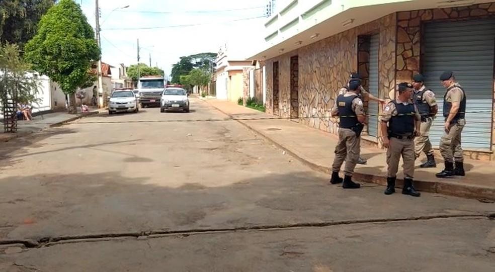 Durante a tarde desta terça-feira (5), locais onde foram registrados tiroteio e explosões permaneciam isoladados em Pompéu (Foto: TV Integração/Reprodução)