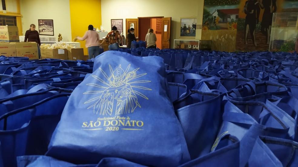 Sem a tradicional festa, os kits com a macarronada foram distribuídos de casa em casa pela cidade — Foto: Divulgação