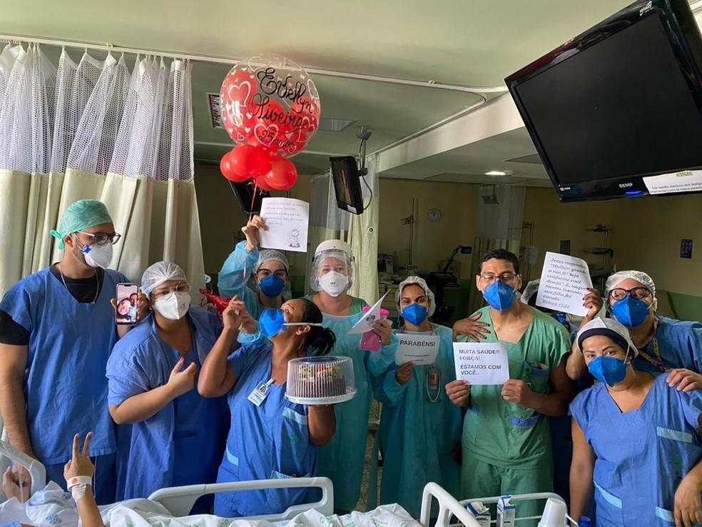 Foram tantos dias hospitalizada que Evellyn completou 25 anos quando estava internada, no dia que precisou ser intubada — Foto: Reprodução/WhatsApp