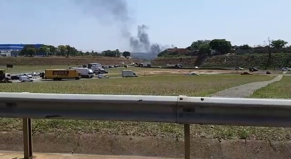 Fumaça visível da Rodovia Santos Dumont (SP-75), em Campinas — Foto: Carina Rocco/EPTV