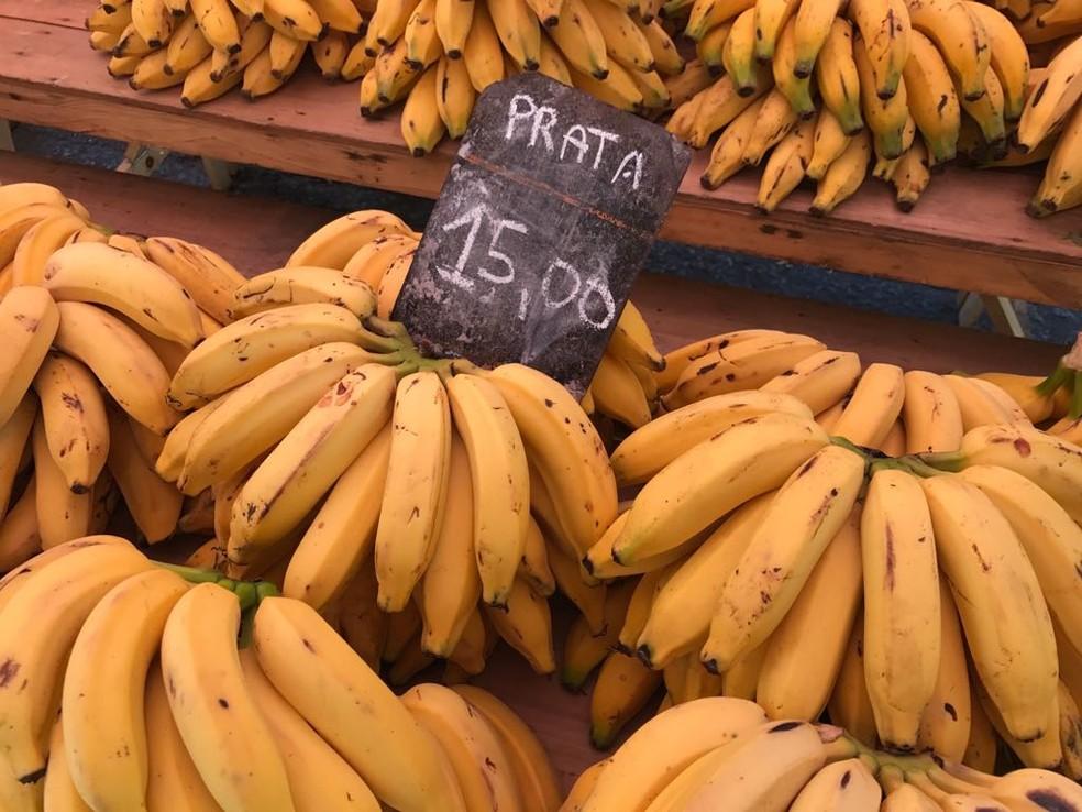 Dúzia da banana está custando R$ 15 (Foto: Bruno Albernaz / G1)