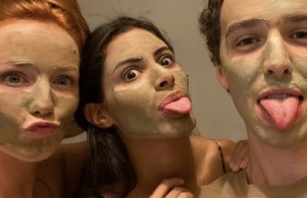 """A atriz Malu Rodrigues revelou momentos íntimos dos bastidores do elenco de """"Pantanal"""", nova novela da Globo, que está sendo gravada atualmente na região. Na foto, ela aparece com Leticia Salles e Gabriel Stauffer. Veja mais (Foto: Reprodução)"""